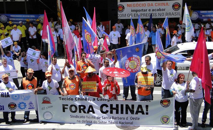 manifestacao fora tecido chines - Setor têxtil e de confecção faz manifestação em evento internacional em SP